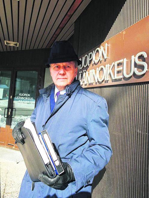 Kuopion Energian myyntipäätöstä koskevaa valitusta Kuopion lääninoikeuteen jättämässä 2.4.1998